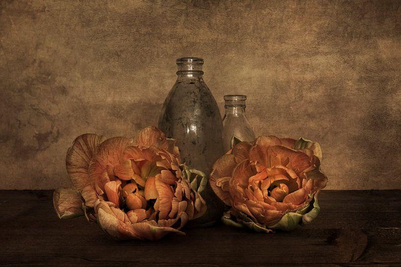 Pioentulpen met glas van Elly van Veen
