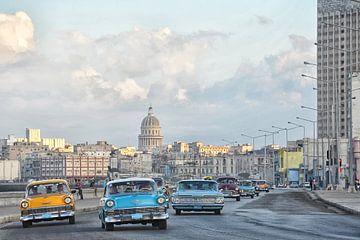 Oldtimers op de boulevard van Havana,Cuba. van Tilly Meijer