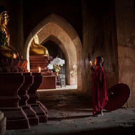 Jonge monnik in Bagan Myanmar bidt voor een beeld van Budha. Wout Kok One2expose Photography von Wout Kok