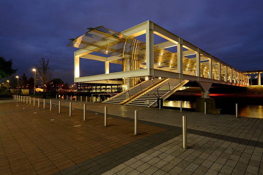 Loopbrug over het Merwedekanaal aan de achterzijde van de Jaarbeurshallen in Utrecht