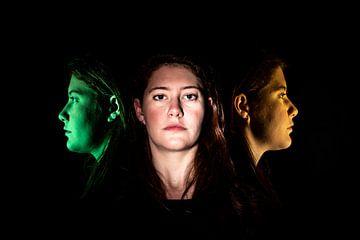 Gesicht einer jungen Frau frontal und im Profil mehrfarbig von Hans-Jürgen Janda