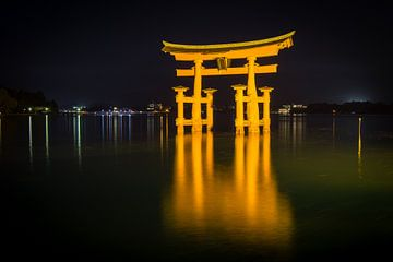 Itsukushima-schrijn, Miyajima, Japan, 's nachts van Marcel Alsemgeest