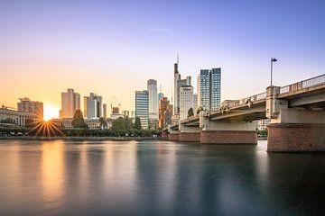Frankfurtse skyline zicht bij zonsondergang van Fotos by Jan Wehnert