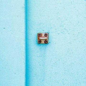 Abstract van pastel blauw op een roestig paneel van