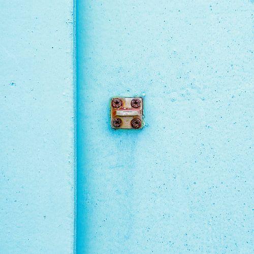 Abstract van pastel blauw op een roestig paneel van Texel eXperience
