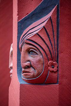 Köpfe auf Fenstern des Basler Rathauses in der Schweiz von Joost Adriaanse