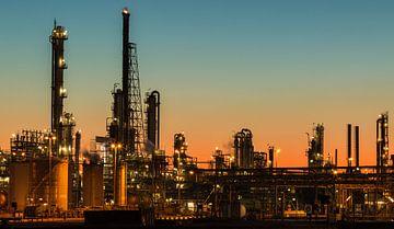 Industrie bij Pernis bij zonsondergang van Ilya Korzelius