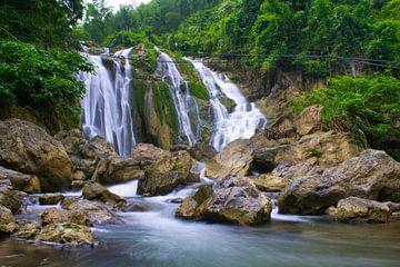 Felsen vor einem Wasserfall von Bart Nikkels