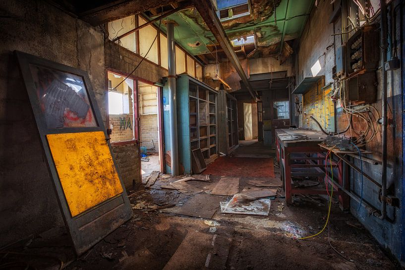 Verlaten fabriek in Nederland van Steven Dijkshoorn