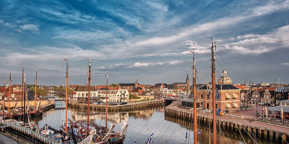 Zicht op de oude havenentree van het historische Friese stadje Harlingen in het avondlicht