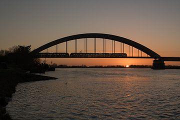 Trein over spoorbrug Culemborg bij zonsondergang van Moetwil en van Dijk - Fotografie