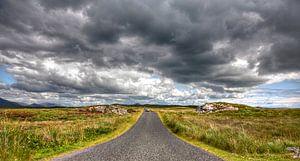 Eenzame weg door het natuurgebied van Galway, Ierland van