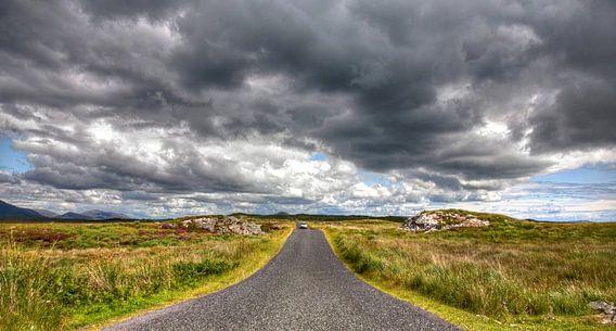 Eenzame weg door het natuurgebied van Galway, Ierland