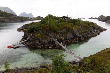 Eine Hütte auf einer Insel vor der Küste Norwegens von Coos Photography