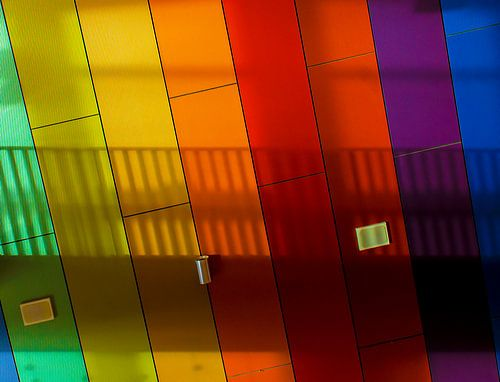 Muur met kleuren en schaduw.