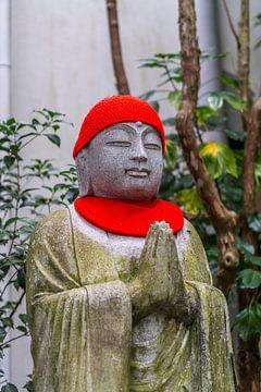 Monnik standbeeld met muts en sjaal. van Joost Potma