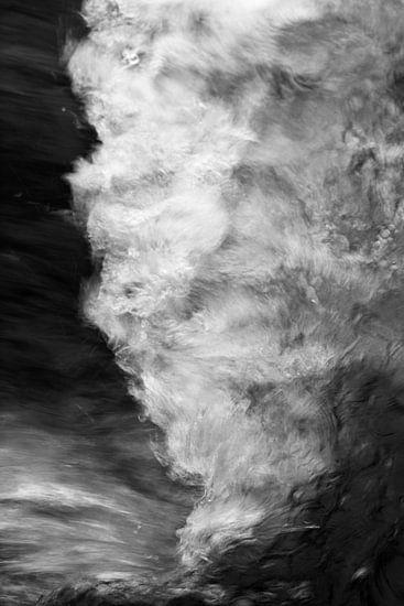 Waterbeweging van een beek in detailweergave