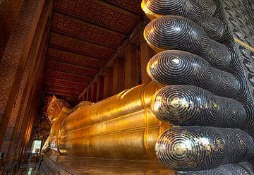 Liggende Boeddha in Bangkok. sur Luuk van der Lee