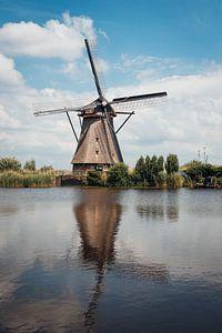 Molen met reflectie bij Kinderdijk van Photography by Cynthia Frankvoort