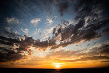 Ondergaande zon met focus op de lucht van Thomas Winters