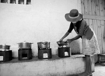 Vrouw kookt op vuur in Madagaskar