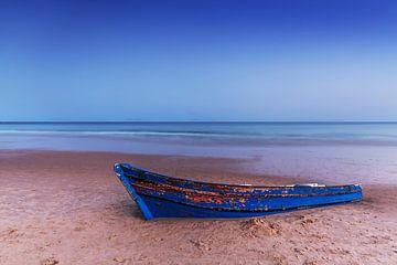 Oude houten boot op het strand van Frank Herrmann