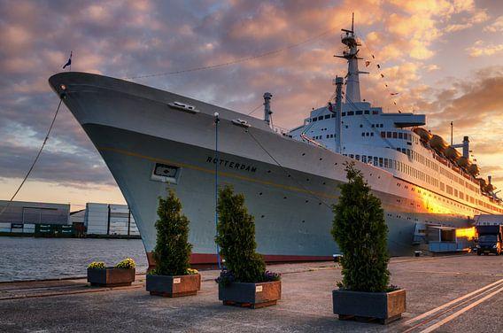 ss Rotterdam met zonsondergang