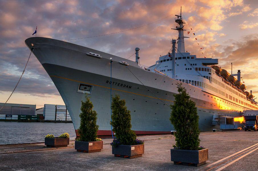 ss Rotterdam met zonsondergang van Prachtig Rotterdam