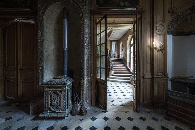 Trap en kachel in vervallen villa van Inge van den Brande
