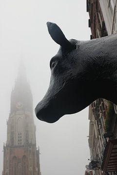 Delft, koe bekijkt Nieuwe Kerk in de mist op Markt, winter von Anita Bastienne van den Berg
