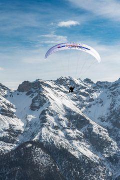 paraglider in de alpen - Fulpmes - Stubai van Erik van 't Hof