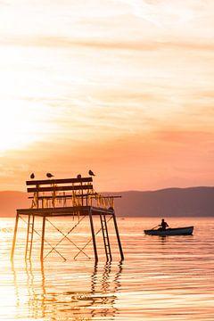 Angler im Ruderboot zum Sonnenuntergang am Plattensee Balaton in Ungarn Fonyód