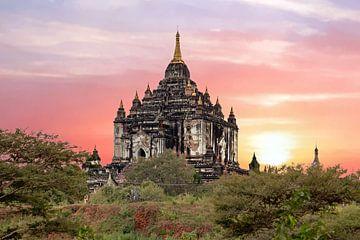 Shwe Sandaw Pagoda in Bagan in Myanmar bij zonsondergang van Nisangha Masselink