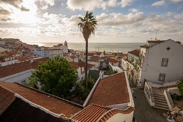 Zonsopgang in Lissabon Portugal van Joost Adriaanse
