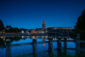 Zwolle in de avond met de Peperbus van Sjoerd van der Wal