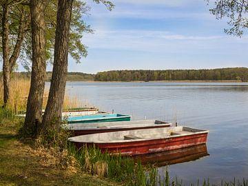 Boten in een meer in de Uckermark van Katrin May