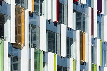 Architecture contemporaine avec des éléments de couleurs vives sur Tony Vingerhoets