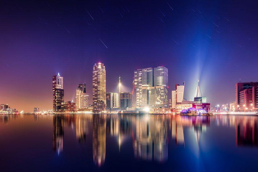 Rotterdam Skyline nachtopname met sterrensporen