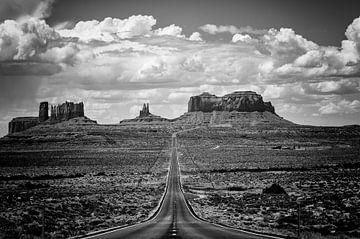 Autoroute jusqu'à Monument Valley en noir et blanc sur