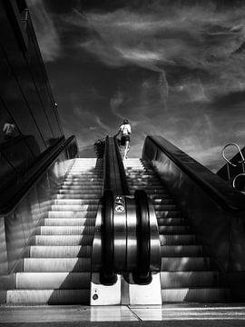 Femme sur un escalator sur Fokko Muller