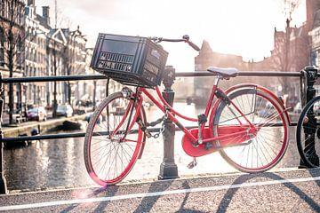 Fiets op de Amsterdamse gracht van Charles Poorter