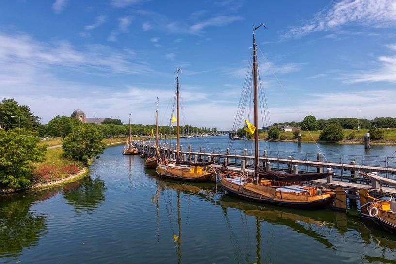 Authentieke zeilschepen in de buitenhaven van Veere van Bram van Broekhoven