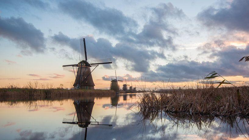 Prachtige zonsopkomst in Kinderdijk van André Hamerpagt