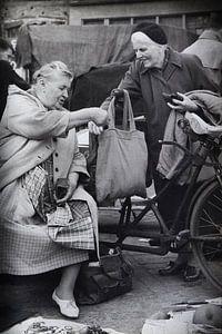 Dames op Waterlooplein in de 60-er jaren. van