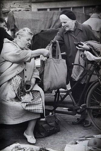 Dames op Waterlooplein in de 60-er jaren.