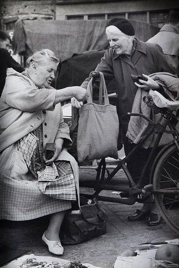 Dames op Waterlooplein in de 60-er jaren. van PIX URBAN PHOTOGRAPHY