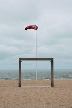 Meerblick mit roter Flagge von Arno Maetens