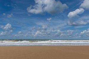 Onstuimige zee op een mooie zomerse dag met een prachtige lucht vol stapelwolken van Patrick Verhoef
