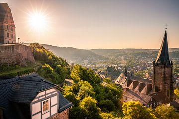 Uitzicht over Marburg, de Schlossberg in de zonsopgang van Fotos by Jan Wehnert