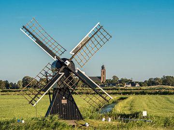 Kleine molen tussen Marssum en Deinum in Friesland van
